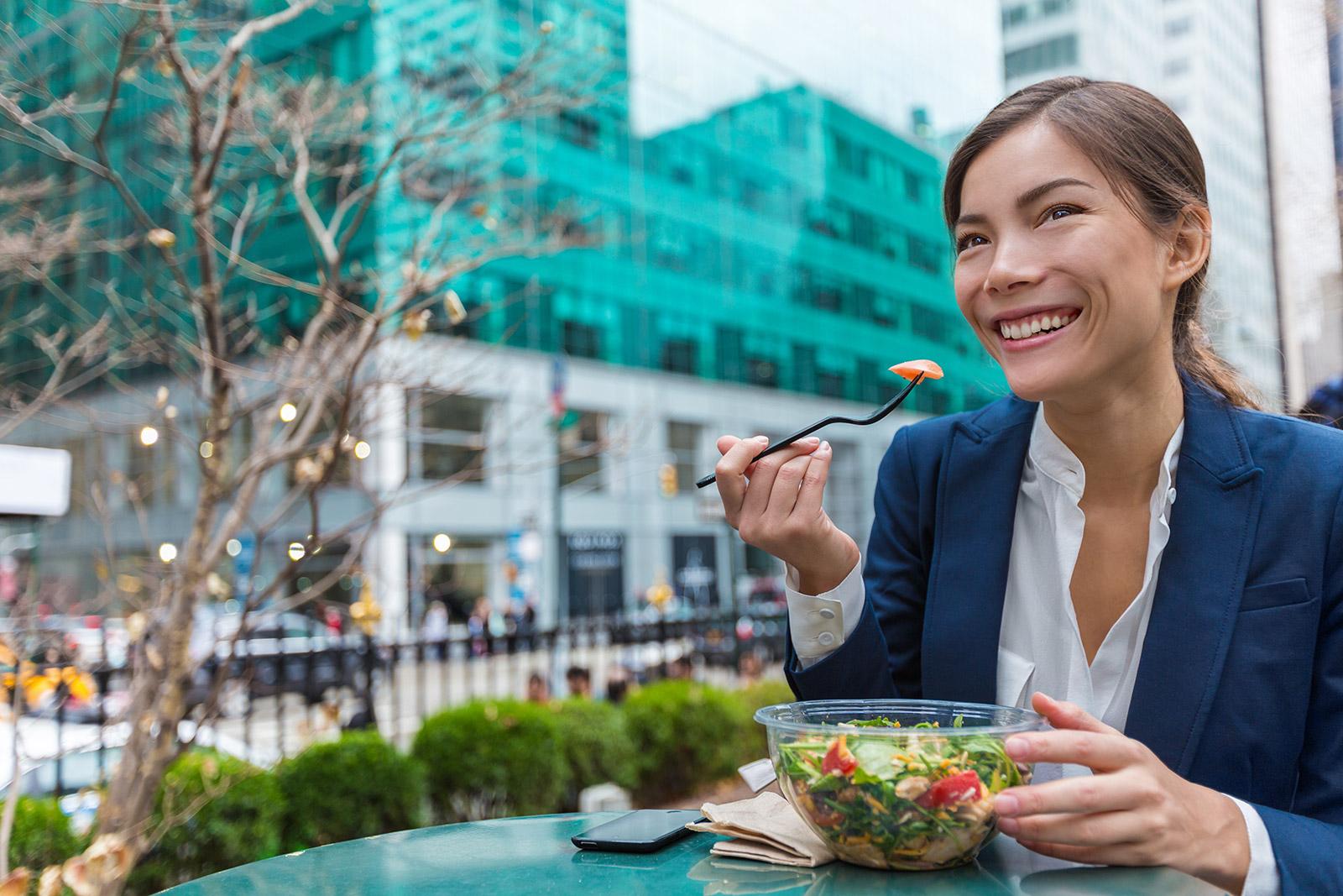 immagine donna in pausa pranzo fuori casa
