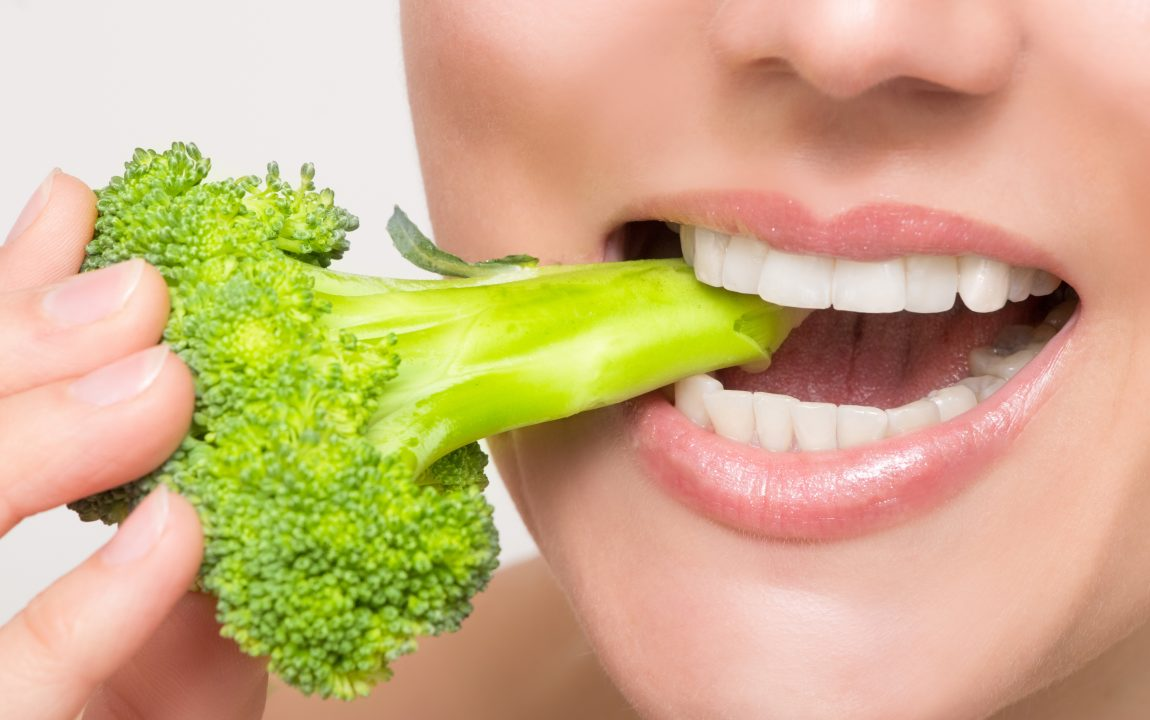 immagine broccolo tra i denti