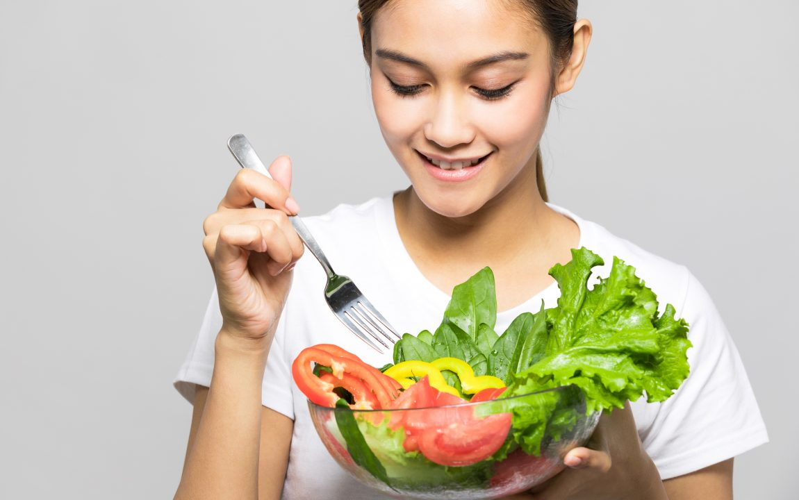 immagine donna che mangia frutta e verdura